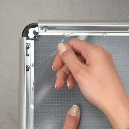 PVC VÉDŐFÓLIA - B2 megállítótáblához, plakátkerethez